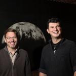 Mike Brown (vas.) ja Konstantin Batygin ovat vakuuttuneita, että heidän mallintamansa Planeetta IX löytyy.