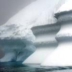Jäävuori sulaa Kulusukin lahdessa Grönlannissa heinäkuussa 2007.