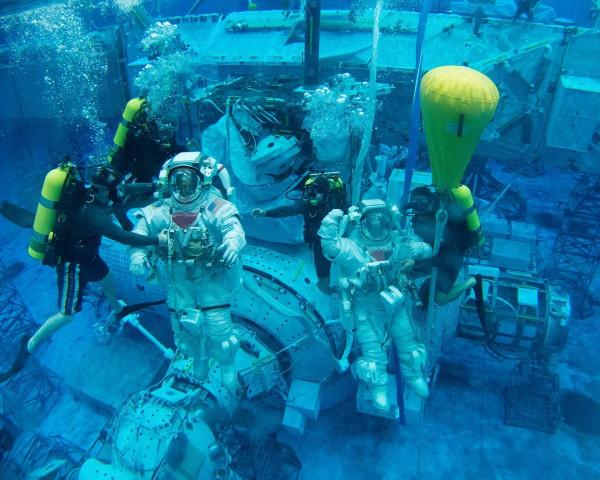 Avaruuskävelyä opetetaan astronauteille veden alla.