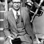 Clyde Tombaugh ja kaukoputki, jolla ottamistaan kuvista hän löysi Pluton vuonna 1930.