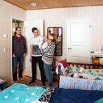 Johannes ja Tuulikki Tarkiainen eivät tarvitse vanhemmilta rahaa, mutta Johanneksen vanhemmat (kuvassa Esa Tarkiainen) auttavat majoittamalla perheen kotiinsa.