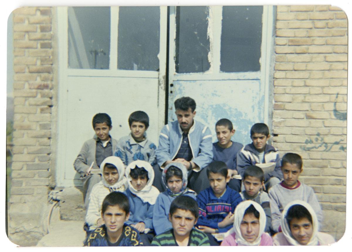 Nuori peruskoulunopettaja Alan oppilaidensa kanssa.