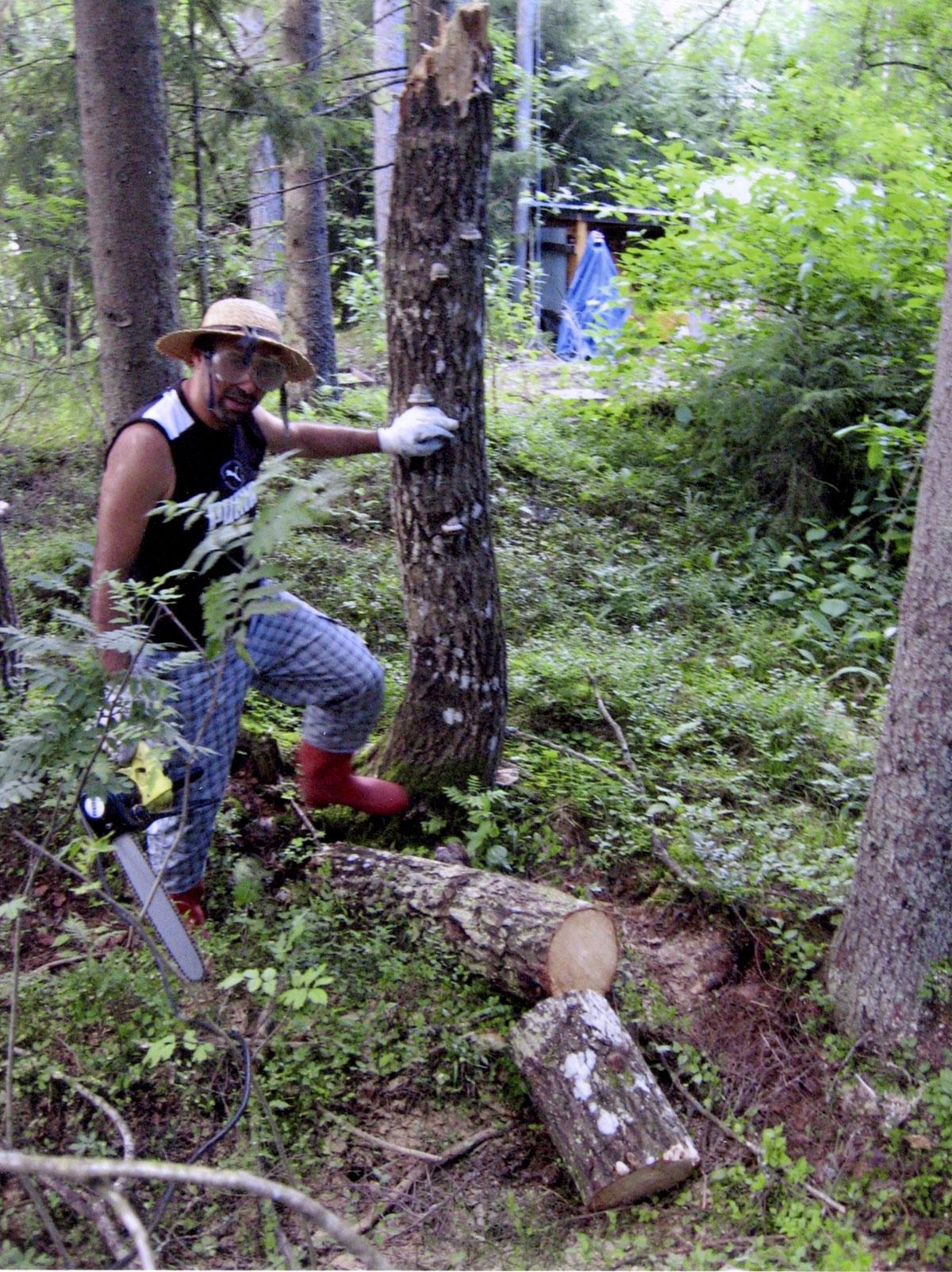 """Mökillä Snappertunassa. """"Suomalaiset aina sanovat, että pakolaiset voisivat tehdä metsätöitä. Kokeilin. Ei tullut mitään."""""""