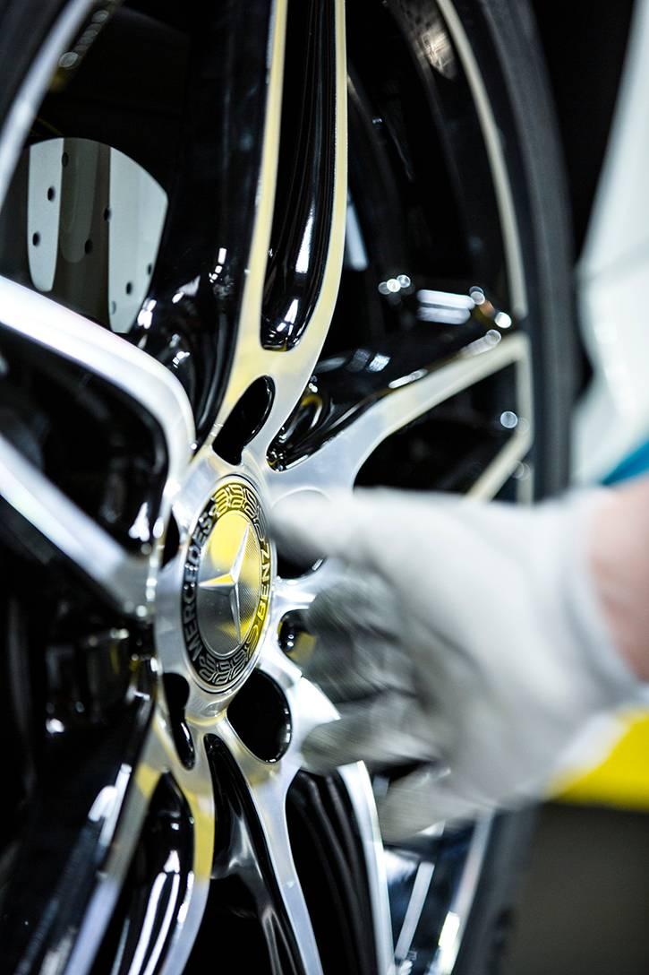 Kokoonpanolinjan loppupäässä autot saavat renkaat alleen.