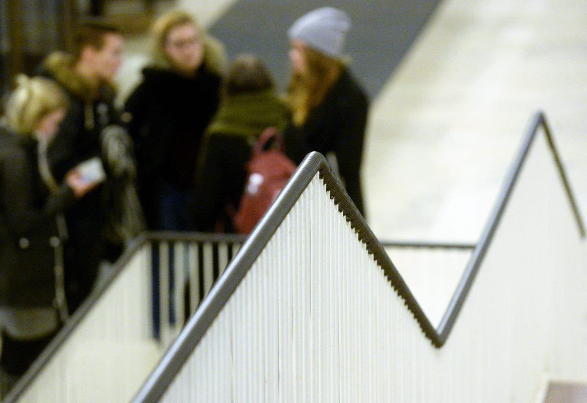 Opiskelijoita Helsingin yliopiston Porthania-rakennuksessa.
