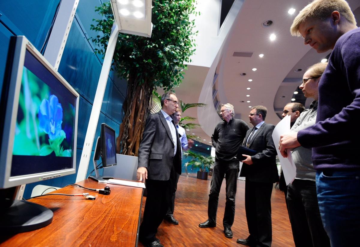 Esittelytilaisuus, jossa videota siirrettiin näkyvän valon avulla. Professori Marcos Katz vasemmalla.