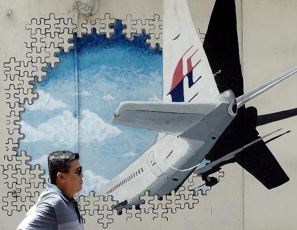 Seinämaalaus kadonneesta malesialaiskoneesta Shah Alamissa Länsi-Malesiassa 8. maaliskuuta 2016.