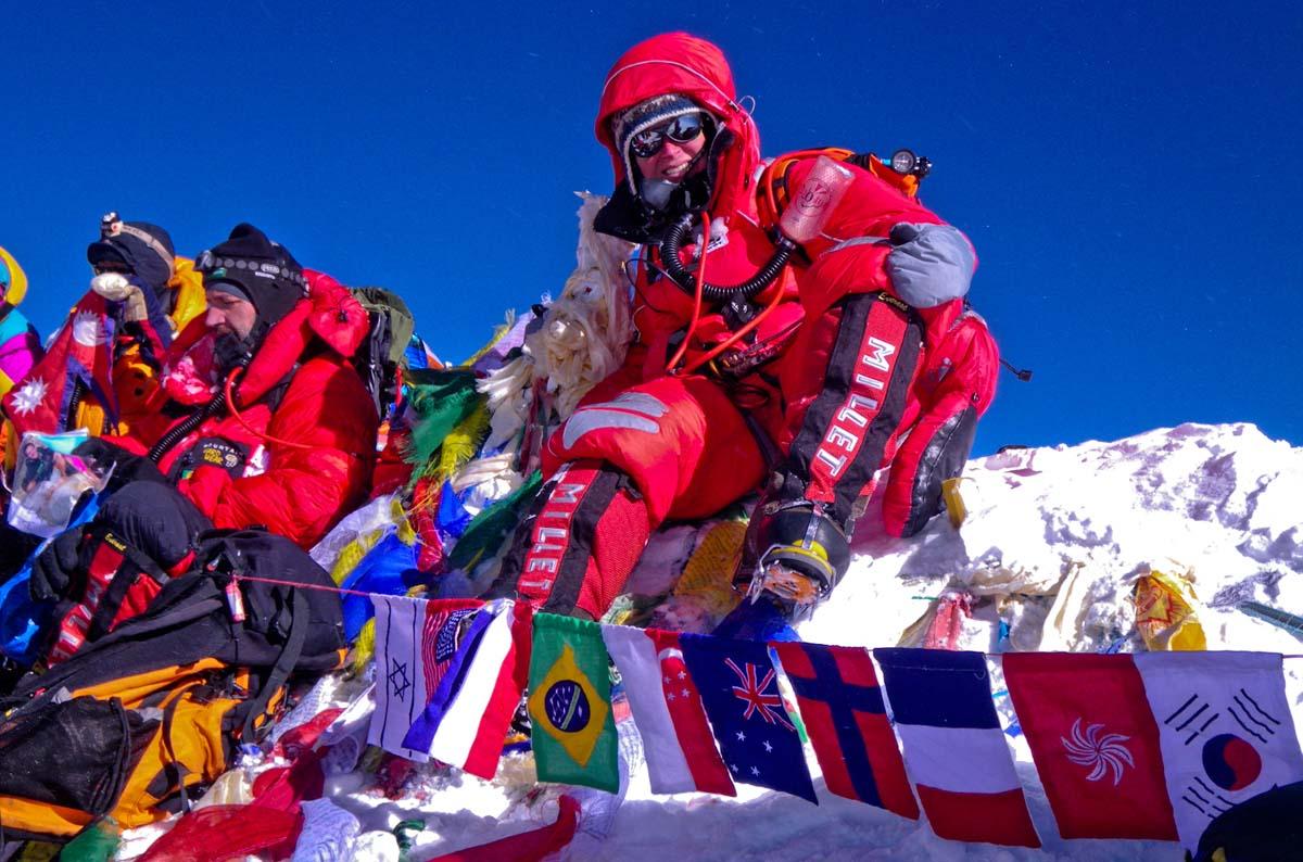 Carina Räihä kiipesi Mount Everestin huipulle osana kansainvälistä retkikuntaa vuonna 2010. Useimmat kiipeilevät vuorelle lisähapen avulla.