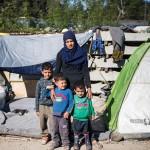 """Syyriasta paennut Hama on elänyt miehensä ja lastensa Alin, 5, Omarin, 5, ja Abdullahin, 3, kanssa Idomenin leirillä Makedonian rajalla puolitoista kuukautta. Hän tahtoisi Saksaan siskonsa luo. """"Tai ihan minne tahansa."""""""