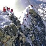 Matka Mount Everestin huipulle kestää neljä viikkoa. Hillary Step -kiviseinä on yksi Everestin pullonkauloista, joihin muodostuu usein ruuhkaa.