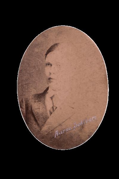 Helsinkiläisen 20-vuotiaan Aarne Sohlbergin ampui punakaartilainen Aarne Hietakangas. Solhberg oli ensimmäinen surmattu.