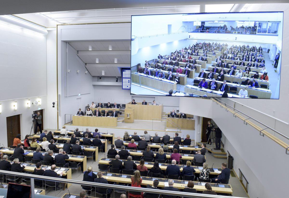 Ministerit ja kansanedustajat koolla eduskunnan suullisella kyselytunnilla 4. helmikuuta 2016.