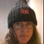 """""""Kuva on otettu syksyllä 2012 Honningsvågissa, Nordkappin lähellä Norjassa. Ostin sieltä tämän pipon. Pipo venyi järkyttäväksi möykyksi, mutta sitäkin rakkaampi se on, koska sielunmaisemani koostuu vuonojen ja tuntureiden käsittämättömästä kombinaatiosta. Osa minusta jäi sinne."""""""