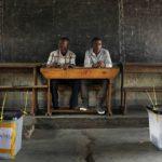 Vaalitarkkailijoita kiistanalaisten presidentivaalien äänestyspaikalla heinäkuussa 2015.