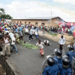 Poliisi hajotti presidentin jatkokautta vastustaneen mielenosoituksen pääkaupunki Bujumbarassa 13. toukokuuta 2015.