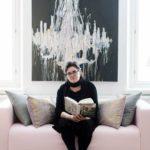 Katriina Huttunen työskentelee kotonaan Helsingin Kruununhaassa. Taisteluni-sarjan viimeisen osan takia hän hankki 42 Hitleriä ja holokaustia käsittelevää kirjaa.