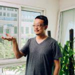 Taiteilija Liang Kegang purkitti puhdasta ilmaa.