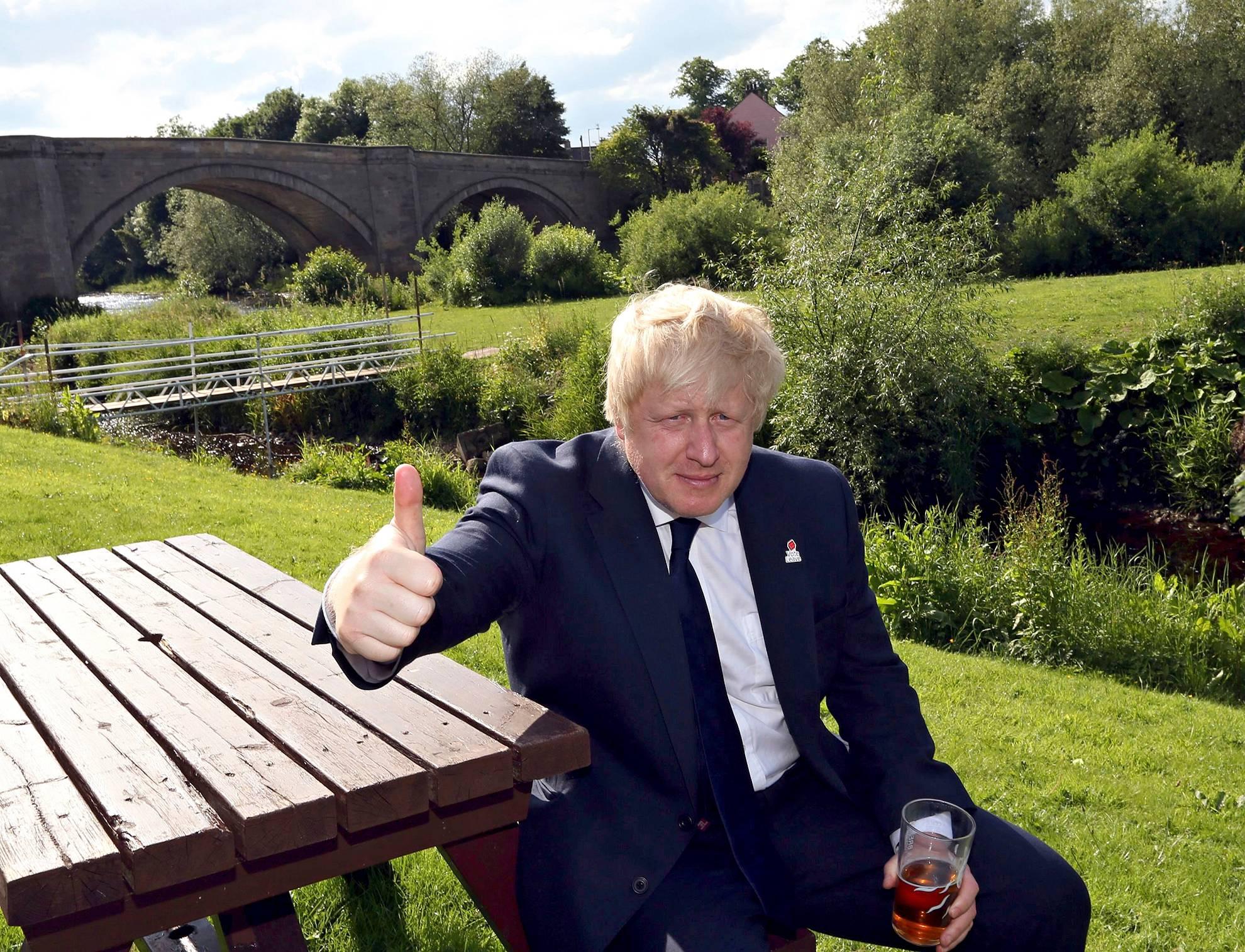Boris Johnson kampanjoi Piercebridgen kylässä lähellä Darlingtonia 22. kesäkuuta, päivää ennen kansanäänestystä.