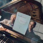 Ossi Tanner ja Erik T. Tawaststjerna soittavat puolitoista tuntia ja keskustelevat Chopinin pianokonserton nyansseista.