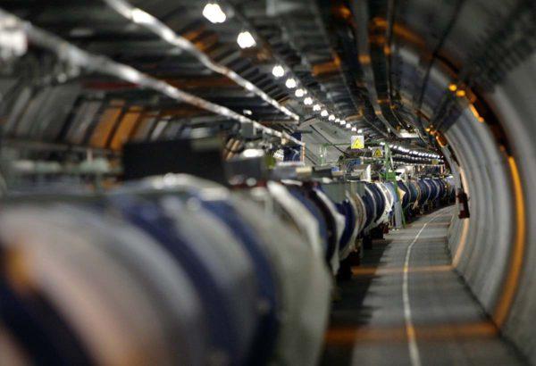 Suuri hadronitörmäytin LHC sijaitsee Sveitsin ja Ranskan rajalla Cernin tutkimuskeskuksessa. Arkistokuva.