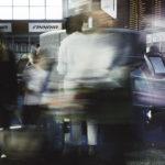 Matkustaja hoitaa lähtöselvityksensä automaatilla Helsinki-Vantaan lentokentällä.