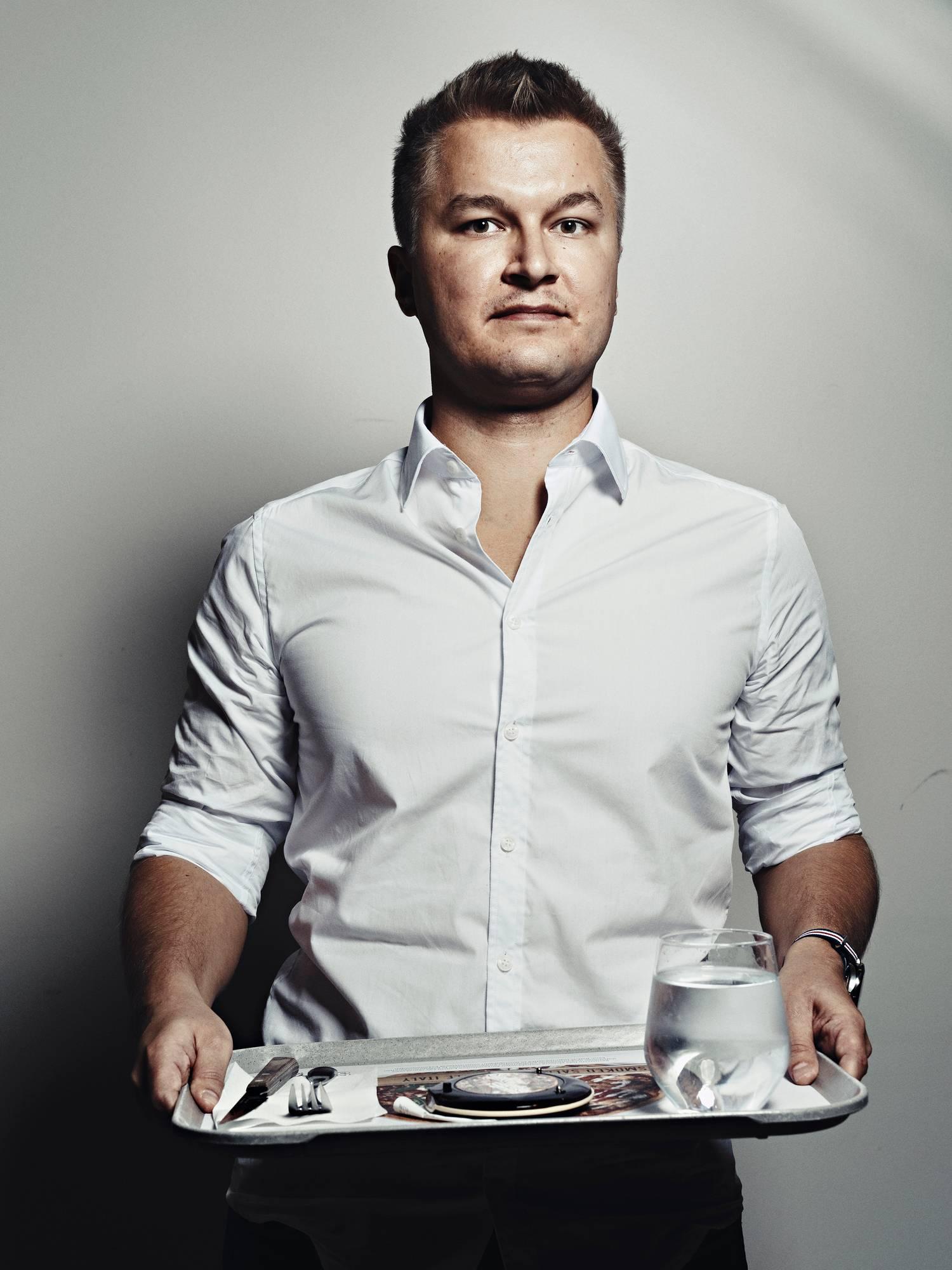 Timo Kataja ottaisi ravintolassa mieluummin pöytiintarjoilun kuin kantaisi omaa tarjotintaan.