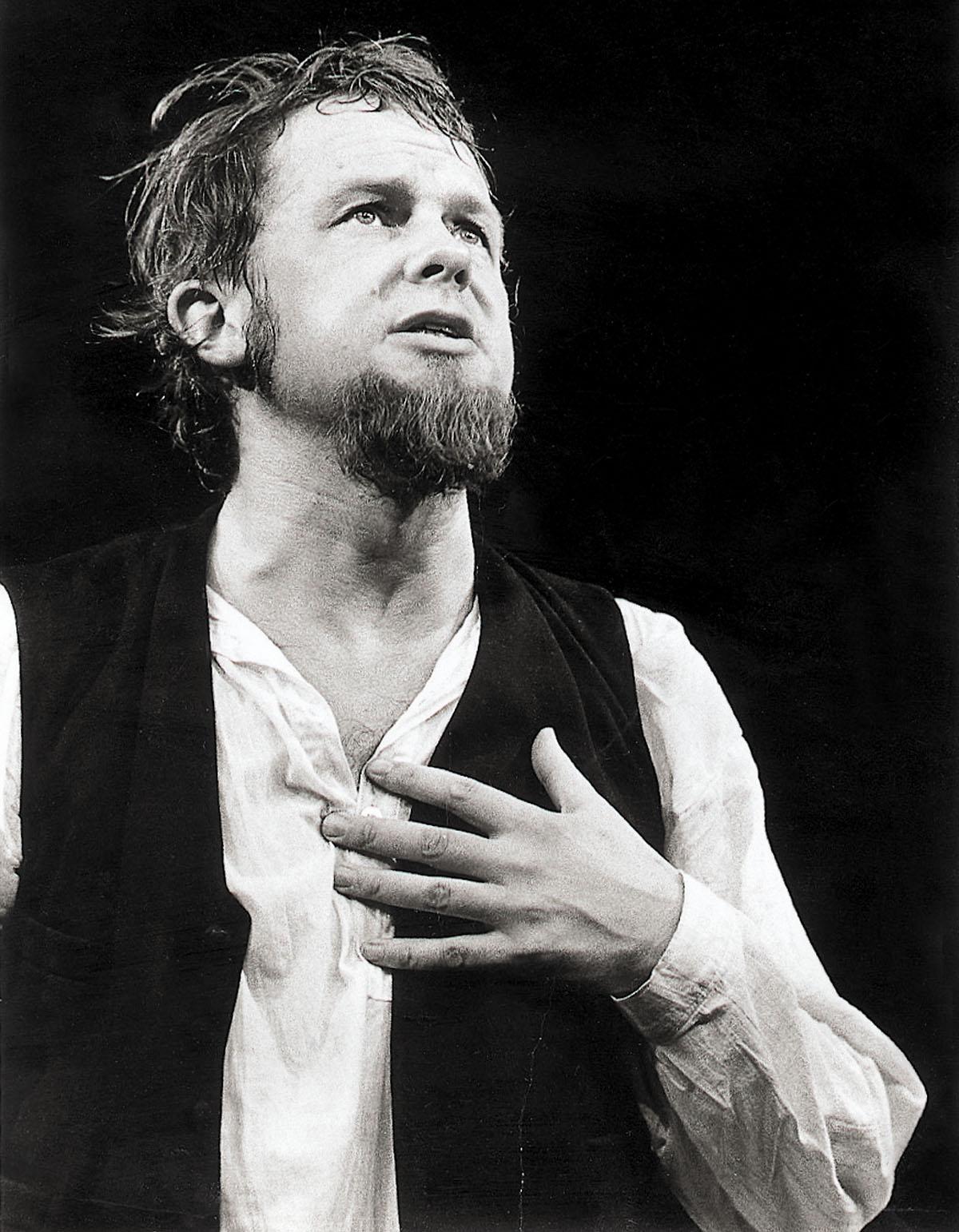 Vuonna 1974 Kalle Holmberg oli Turussa nimiroolissa Veijo Meren näytelmässä Aleksis Kivi.