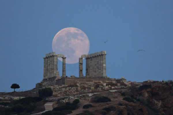 Täysikuu ja meren jumala Poseidonin temppeli Kreikassa kesäkuussa 2016.