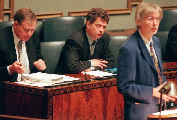 Pääministeri Paavo Lipponen (sd), valtiovarainministeri Sauli Niinistö (kok) ja Sdp:n ryhmäjohtaja Erkki Tuomioja eduskunnassa 11. elokuuta 1997.
