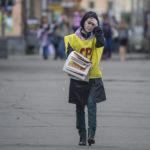 Oikeudenmukaisen Venäjän työntekijä jakoi vaalimainoksia Petroskoin yliopiston edustalla 5. syyskuuta 2016.