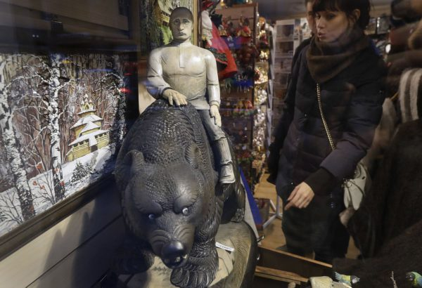 Puinen Putin-patsas matkamuistomyymälässä Pietarissa Venäjällä 19. syyskuuta 2016.