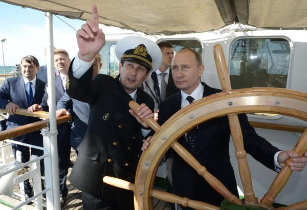 Venäjän presidentti Vladimir Putin tarttui Toivo-purjelaivan ruoriin Mustallamerellä Sotšissa 24. syyskuuta 2016.