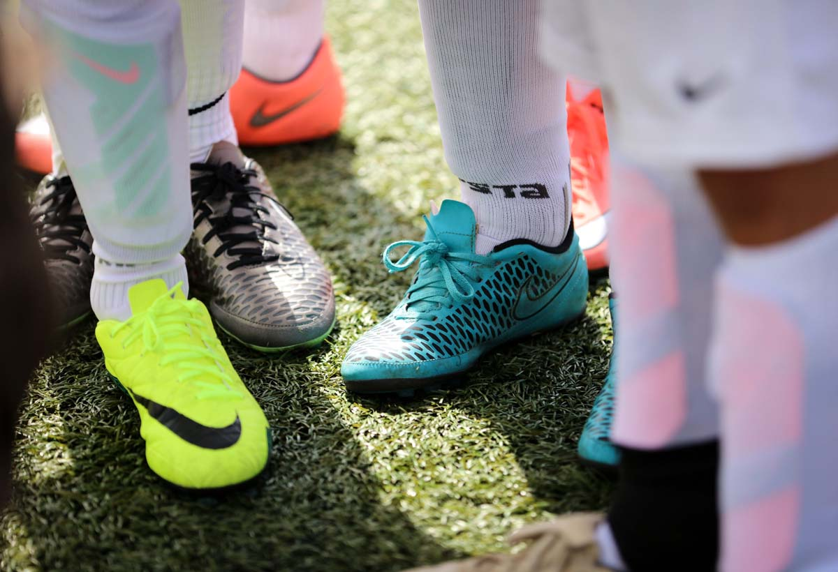 Nuoria jalkapalloilijoita.