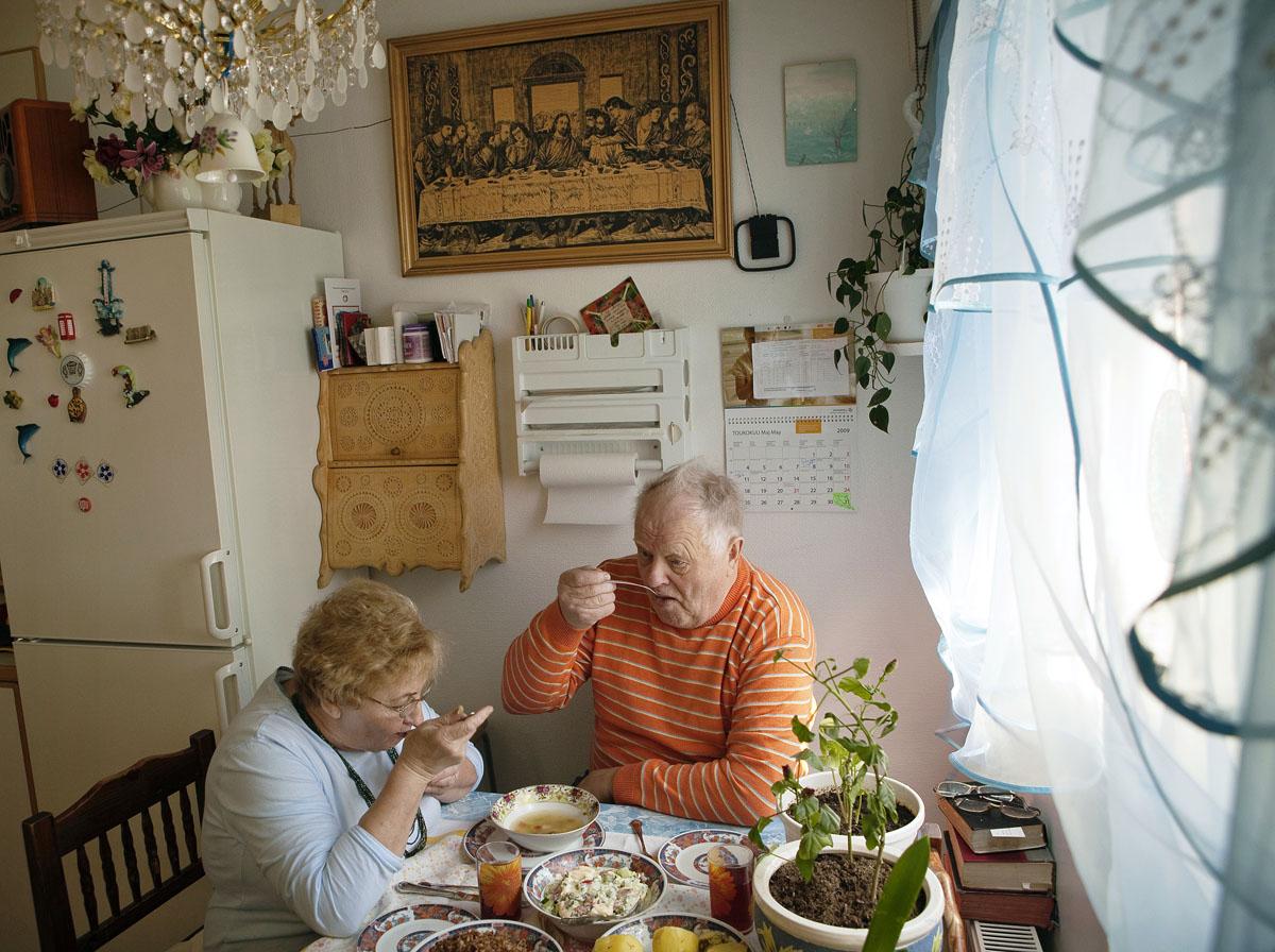 Valentina ja Aleksanteri Sykiäinen syövät yhteiseltä lautaselta.