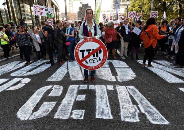 Mielenosoittajat vastustivat TTIP- ja Ceta-sopimuksia Brysselissä 20. syyskuuta 2016.