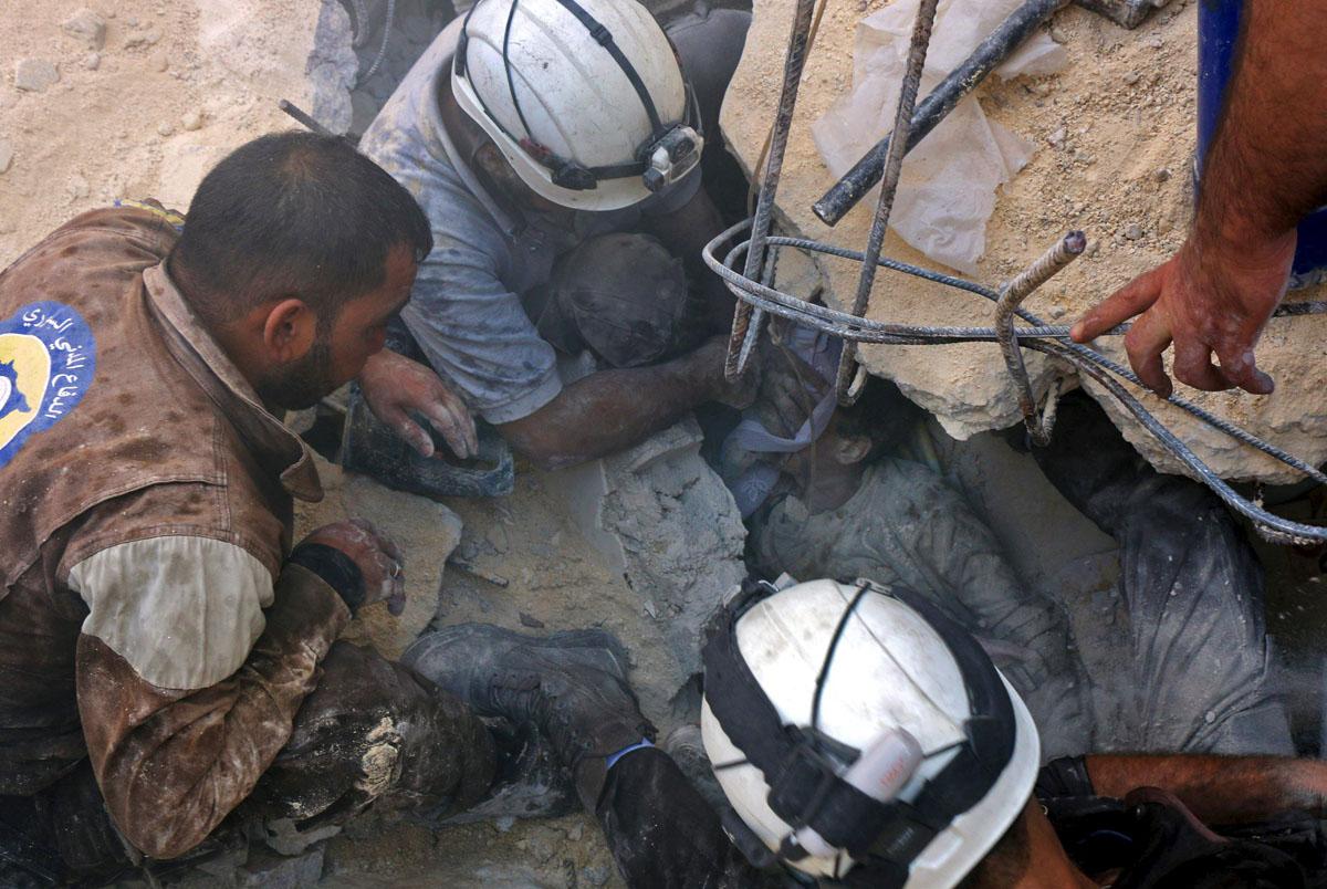 Vapaaehtoiset, niin sanotut Valkoiset kypärät, antoivat happea Venäjän ilmaiskujen jälkeen Aleppon raunioihin juuttuneelle Jameel Mustafa Habboushille 11. lokakuuta 2016.