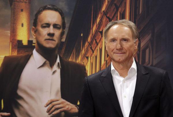 Kirjailija Dan Brown Inferno-elokuvan ensi-illassa Berliniissä Saksassa 10. lokakuuta 2016. Vieressä elokuvan mainoskuvassa pääosanesittäjä Tom Hanks.
