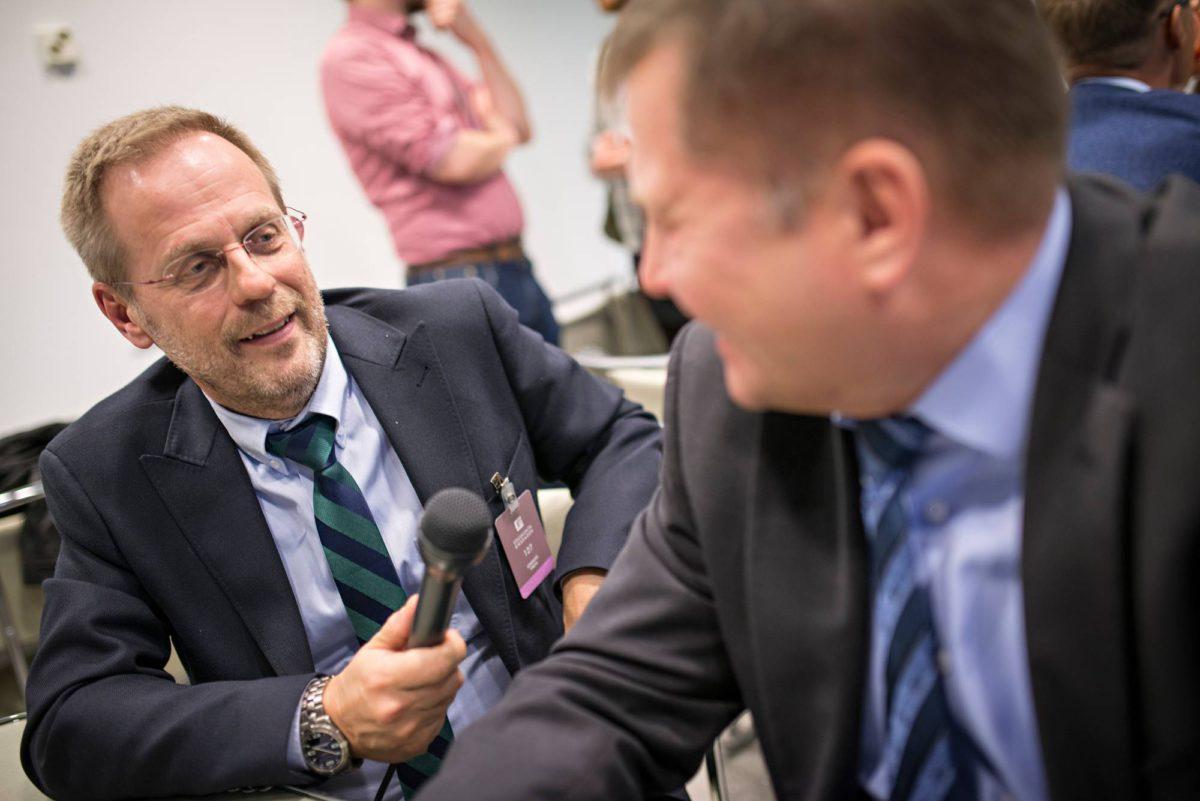 Toimittaja Pekka Ervasti ja kansanedustaja Markus Mustajärvi (oik.) Sibelius- Akatemian talossa, eduskunnan väistötilassa.