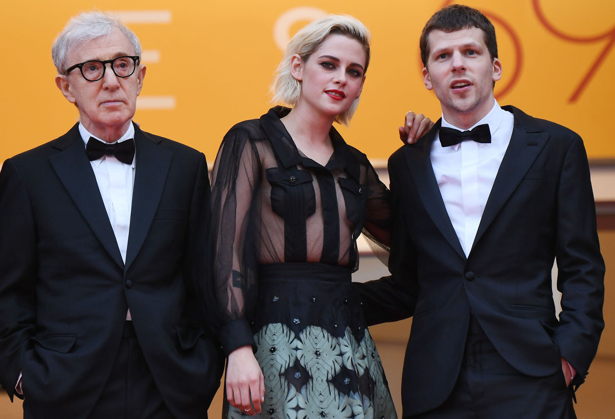Café Society -elokuvan ohjaaja Woody Allen sekä näyttelijät Kristen Stewart ja Jesse Eisenberg Cannesissa 11. toukokuuta 2016.