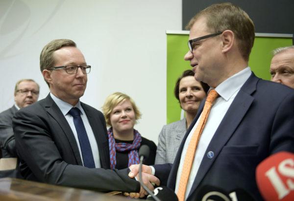 Uusi elinkeinoministeri, kansanedustaja Mika Lintilä ja pääministeri Juha Sipilä (oik.) 27. lokakuuta 2016.