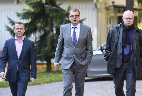 Valtiovarainministeri Petteri Orpo (kok), pääministeri Juha Sipilä (kesk) ja oikeus- ja työministeri Jari Lindström (ps) Kesärannassa 5. lokakuuta 2016.