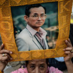 Thaimaan kuninkaan Bhumibol Adulyadejin kannattaja Sirirajin sairaalan edessä Bangkokissa Thaimaassa 13. lokakuuta 2016.