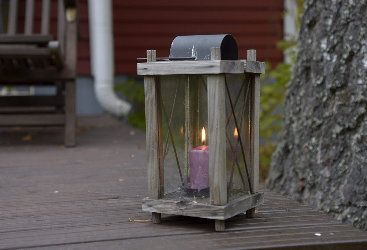 Yksi kynttilälyhty kodin terassilla.