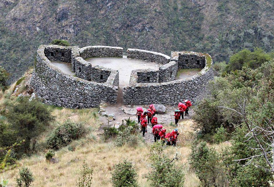 Vuorijuoksijoiden eli inkojen viestinviejien vaihtoasema Runkurakay 3800 metrissä.