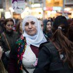 Poliisi tutkii mielenosoitukseen saapuvaa kurdinaista Istanbulin kauppakadulla Istiklalilla.