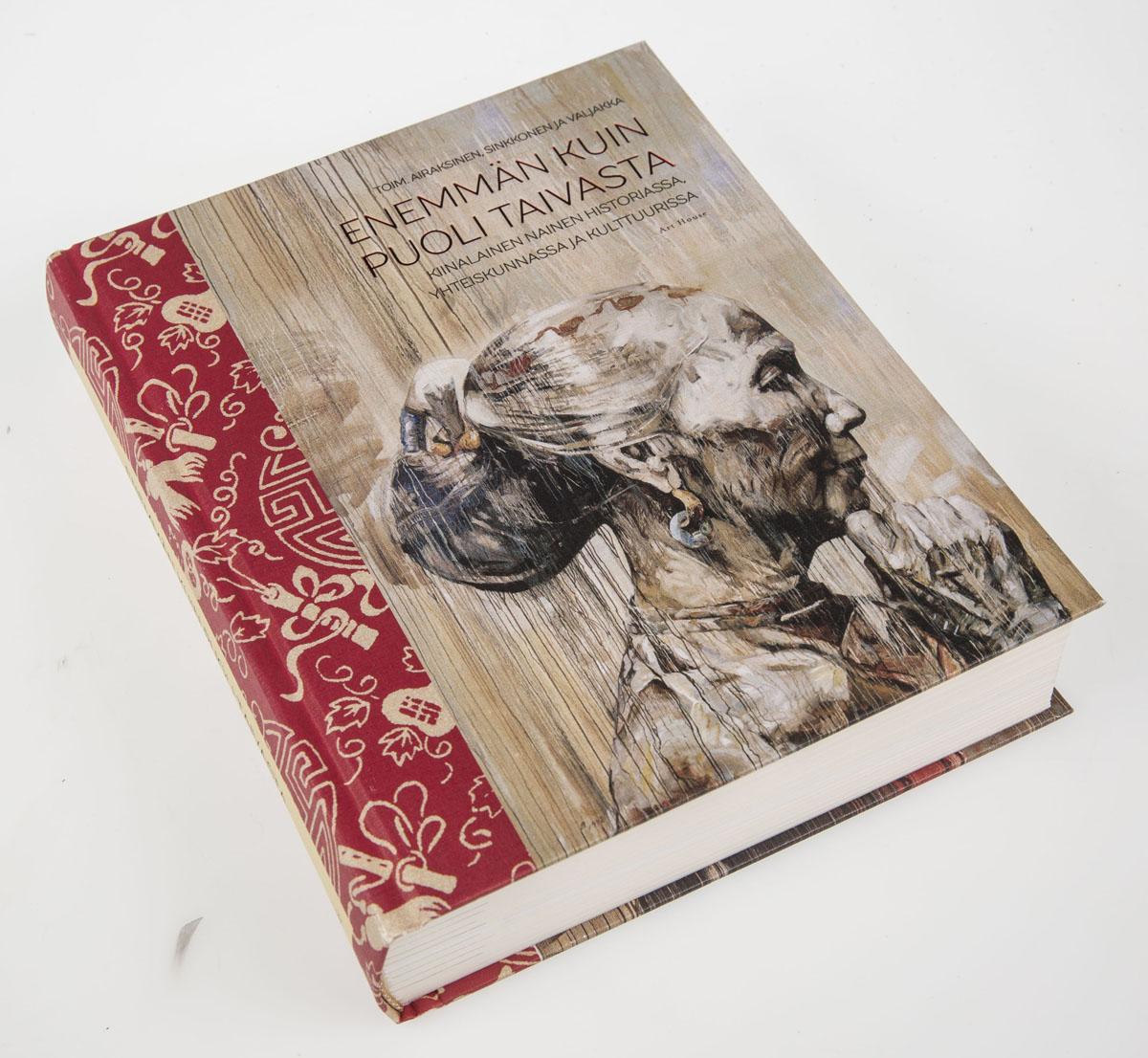Tiina Airaksinen, Elina Sinkkonen ja Minna Valjakka (toim.): Enemmän kuin puoli taivasta. Kiinalainen nainen historiassa, yhteiskunnassa ja kulttuurissa. Art House 2016, 483 sivua.
