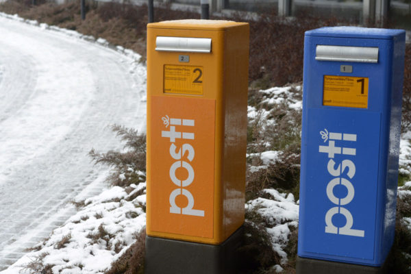 Ensimmäisen ja toisen luokan postin postilaatikot.