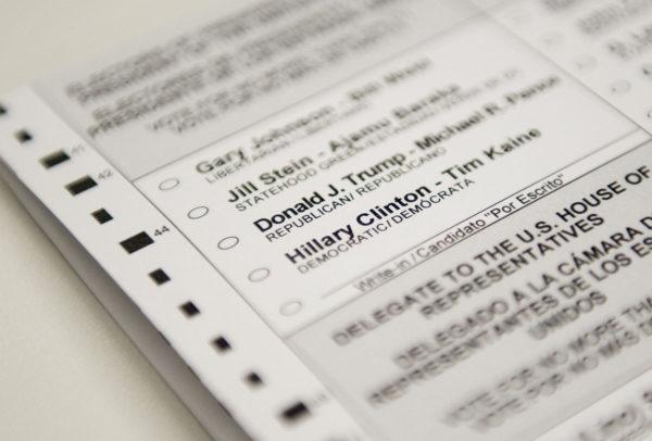Äänestyslippu eri vaihtoehtoineen pääkaupungissa Washingtonissa.
