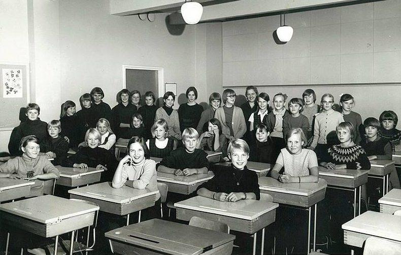 """""""Oppikouluun pääsy avasi minulle aivan uuden tiedollisen maailman. Maalaiskoulun pieni ja turvallinen luokka vaihtui kaupunkiympäristöön, pitkään koulumatkaan, suureen tyttökoulun luokkaan ja uusiin ystäviin, uusiin opettajiin sekä valtaisaan määrään tietoa ja oppimista."""""""