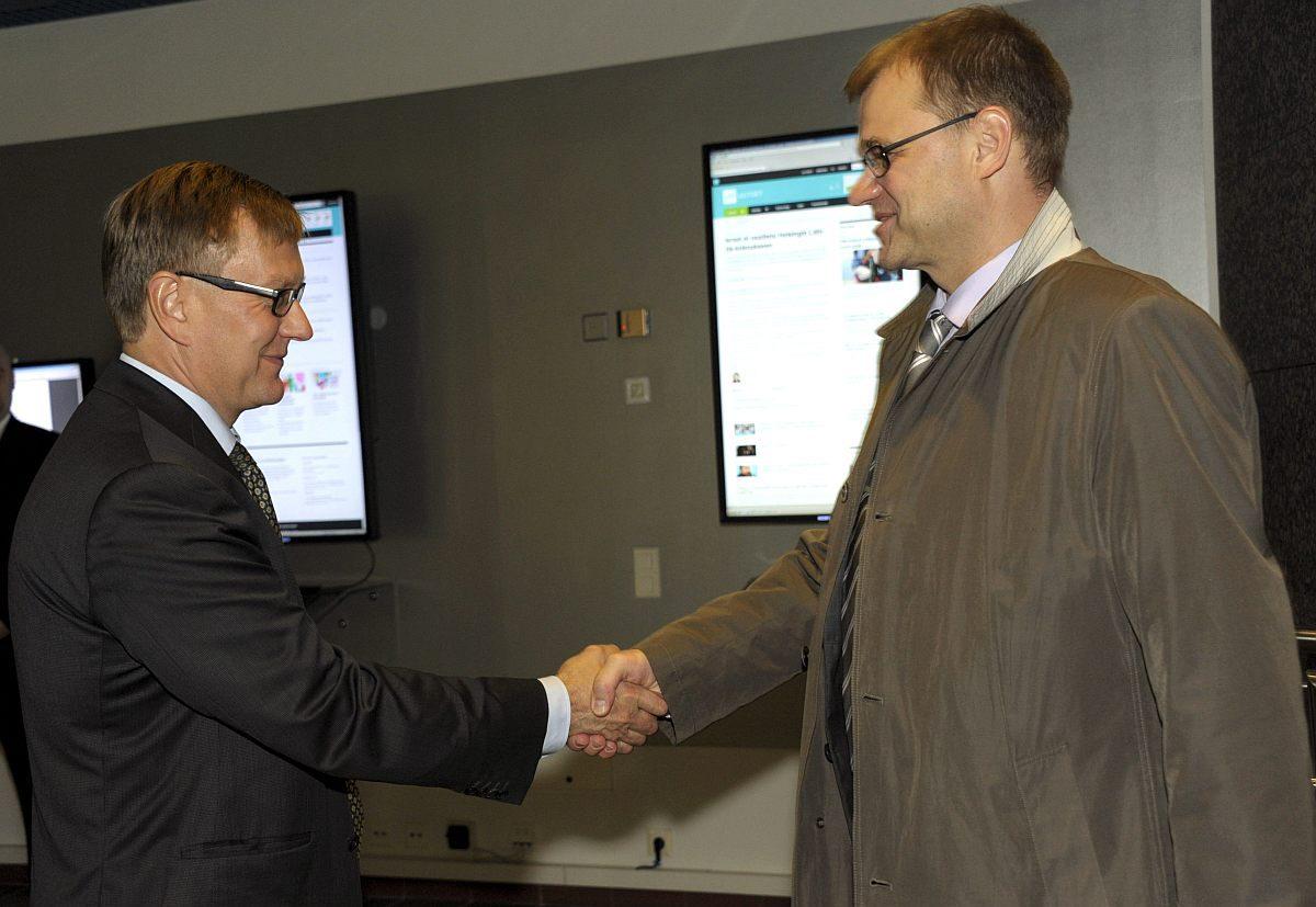 Yleisradion uutistoiminnan vastaava päätoimittaja Atte Jääskeläinen tervehti keskustan puheenjohtajaa Juha Sipilää, joka saapui Kuntavaalit 2012 -vaalikeskusteluun Ylen Isoon Pajaan 20. syyskuuta 2012.